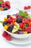 Salat der frischen Frucht und der Beeren in einer weißen Schüssel, Nahaufnahme Stockbilder