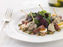 Salat der Froschschenkel Lardons und der Wachtel-Eier Stockfoto