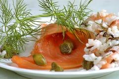 Salat der geräucherten Lachse und des Reises Lizenzfreie Stockbilder