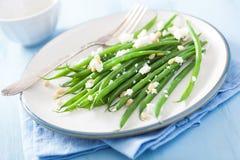 Salat der grünen Bohnen mit Ziegenkäse- und Kiefernnüssen Lizenzfreie Stockfotografie
