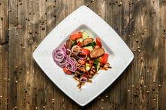 Salat der Hühnerbrust mit Zucchini- und Kirschtomaten lizenzfreies stockfoto