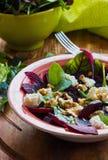 Salat der roten Rübe mit Feta und Walnüssen stockfotos