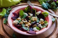 Salat der roten Rübe mit Feta und Walnüssen stockbilder