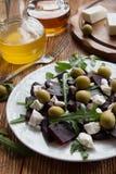 Salat der roten Rübe (Rote-Bete-Wurzel) mit Käse, Oliven und Arugula auf der weißen Platte stockbilder