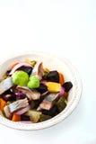 Salat der roten Rübe und der Heringe auf der weißen Tellervertikale Stockbilder