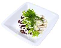 Salat der roter Rüben, des Kopfsalates, der Fische und der Eier Stockfoto