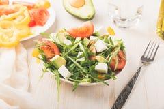 Salat in der Schüssel auf einem Holztisch Lizenzfreies Stockbild