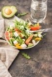 Salat in der Schüssel auf einer alten Metalltabelle Stockfotos