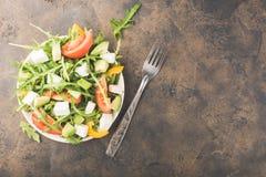 Salat in der Schüssel auf einer alten Metalltabelle Stockfotografie