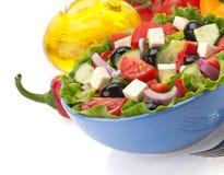 Salat in der Schüssel auf Weiß Lizenzfreies Stockfoto