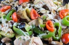 Salat der Tomate, des Pfeffers, der Olive und des Fleisches Stockfotos