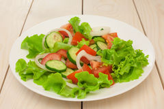 Salat in der weißen Platte Lizenzfreie Stockbilder