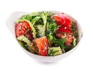 Salat in der weißen Schüssel (mit Beschneidungspfad) Stockfotos
