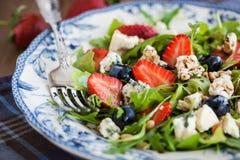 Salat des Arugula, der Erdbeere, der Blaubeere und des Blauschimmelkäses Stockbilder