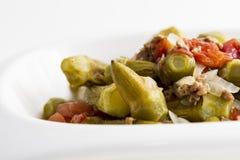 Salat des essbaren Eibisches mit Zwiebeln und Hackfleisch stockfotografie