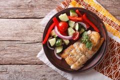Salat des gegrillten Weißfisches und des Frischgemüses Horizontale Spitze konkurrieren Stockfoto