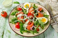 Salat des geräucherten Lachses mit Arugula, Tomaten, Eiern und roter Zwiebel Stockbild