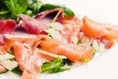 Salat des geräucherten Lachses auf einer Platte Stockfotografie