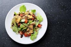 Salat des strengen Vegetariers mit gebratenem Tofu stockfotografie