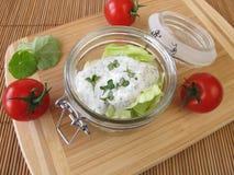 Salat in einem Glas mit Jogurtbehandlung Lizenzfreies Stockfoto