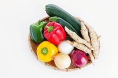 salat för löken för bakgrundsgräslökgurkan sköt ny vita grönsaker för fjäderstudiotomaten Fotografering för Bildbyråer