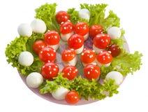 Salat ` Fliegenpilze ` Brechen Sie schnell gemacht von gekochtem Ei, von Tomate und von mayonnais Lizenzfreies Stockfoto