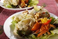 Salat gedient auf einer Platte Stockbilder