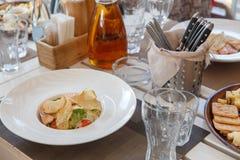 Salat, Honig, Olivenöl und Crackerkekse lizenzfreies stockfoto