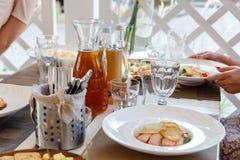 Salat, Honig, Olivenöl und Crackerkekse stockfoto