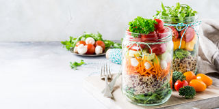 Salat im Glasgefäß mit Quinoa lizenzfreies stockfoto