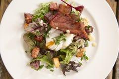 Salat Lyonnaise Stockfotos