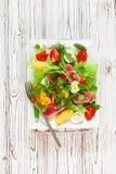 Salat med tonfisk, nya grönsaker, potatisar och ägg Royaltyfria Foton
