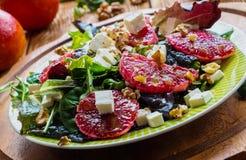 Salat: Mischung des grünen Salats, des Fetas, der roten Orangen und der Walnüsse stockfotos