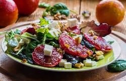 Salat: Mischung des grünen Salats, des Fetas, der roten Orangen und der Walnüsse lizenzfreie stockfotos