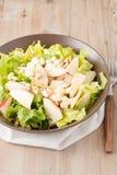 Salat mit Äpfeln und Walnüssen auf rustikalem hölzernem Hintergrund Lizenzfreie Stockbilder