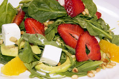 Salat mit Arugula, Erdbeeren und Käse Hintergrundsalatbeschaffenheit lizenzfreies stockbild