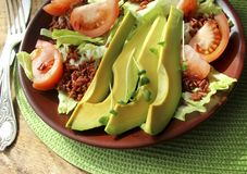 Salat mit Avocado, Tomaten, Kopfsalat, Reis Lizenzfreies Stockbild