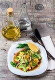 Salat mit Avocado und Mango in einer Platte auf einem grauen Hintergrund Stockfoto