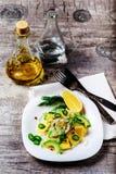 Salat mit Avocado und Mango in einer Platte auf einem grauen Hintergrund Stockfotos