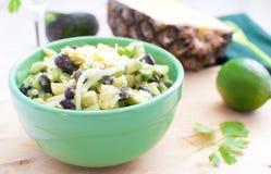 Salat mit Avocados, Ananas, schwarze Bohnen lizenzfreie stockfotos