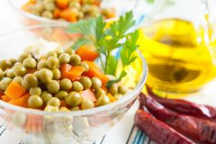 Salat mit in Büchsen konservierten grünen Erbsen und gekochten Karotten Lizenzfreie Stockfotografie