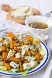 Salat mit Birne, Kürbis, Nüssen und Blauschimmelkäse Stockfotografie