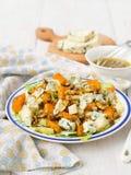 Salat mit Birne, Kürbis, Nüssen und Blauschimmelkäse Stockbilder
