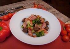 Salat mit Crackern, Brokkoli, Schinken ist auf dem Tisch Lizenzfreie Stockfotos
