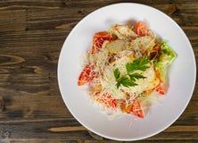Salat mit Croutons, Käse, Eiern, Tomaten und gegrilltem Huhn auf hölzernem tabel Mit Kopienraum Beschneidungspfad eingeschlossen lizenzfreies stockbild