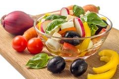 Salat mit dem Gemüse lokalisiert auf weißem Hintergrund Lizenzfreie Stockfotos