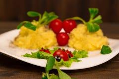 Salat mit den Tomaten verziert in Form von Marienkäfern mit Kartoffelpürees Stockfoto