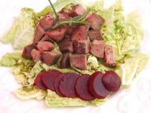 Salat mit der Leber und den Rote-Bete-Wurzeln Lizenzfreie Stockbilder