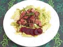Salat mit der Leber und den Rote-Bete-Wurzeln Stockfoto