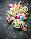 Salat mit Eiern in Form von Hühnern Festliche Nahrung Stockbild